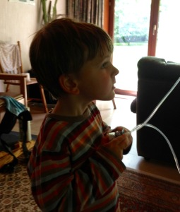 Lucas helpt mee de sondevoeding toedienen, exact 1 jaar voor hij zelf sondevoeding zal moeten krijgen.