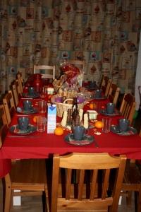De tafel staat klaar voor het leukste en gezelligste ontbijt van het jaar