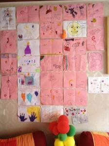 Tekeningen van Lucas' vriendjes van de apenklas en daarbuiten